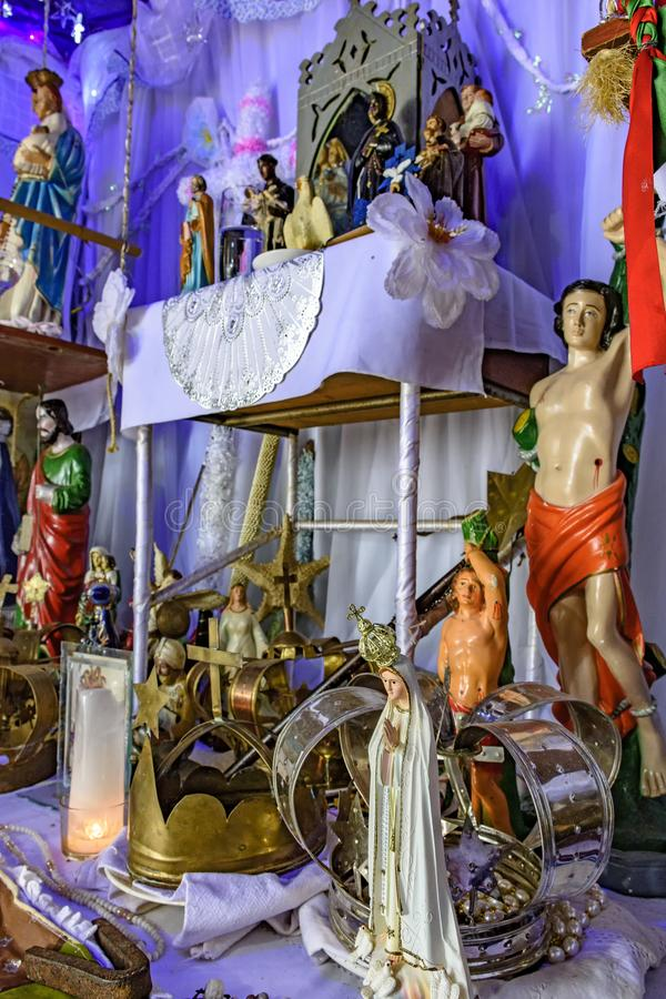 Βραζιλιάνος θρησκευτικός βωμός που αναμιγνύει τα στοιχεία του umbanda, candomblé και του καθολικισμού στοκ εικόνες