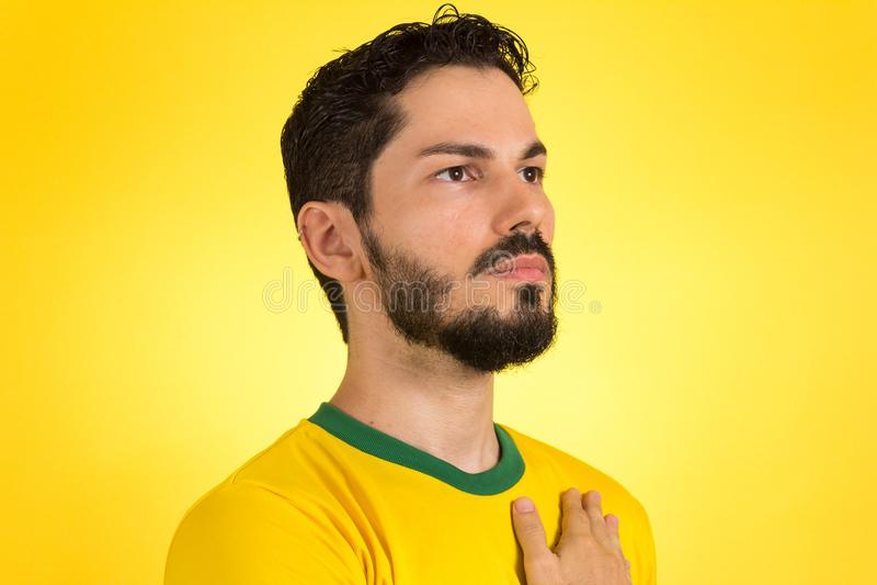 Βραζιλιάνος ποδοσφαιριστής ποδοσφαίρου που ακούει τον ύμνο και han στοκ φωτογραφία
