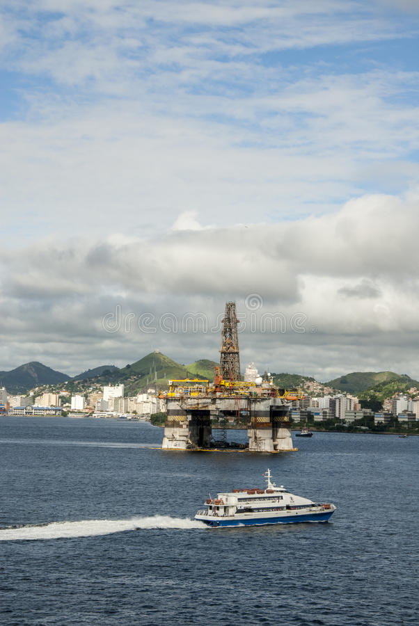 Βραζιλία - πλατφόρμα άντλησης πετρελαίου στον κόλπο Guanabara - Ρίο ντε Τζανέιρο στοκ εικόνες