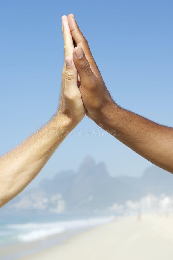 Βραζιλιάνα διαφυλετικά υψηλά πέντε χέρια μαζί Ρίο Βραζιλία ποικιλομορφίας στοκ εικόνες με δικαίωμα ελεύθερης χρήσης