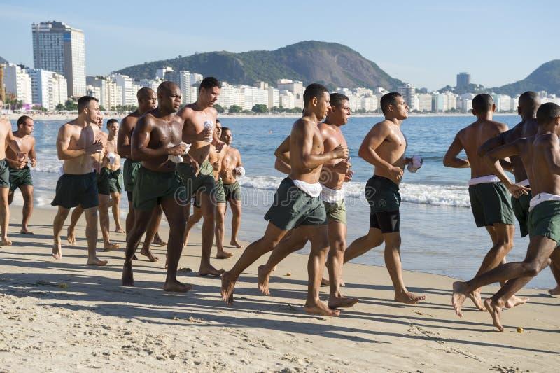 Βραζιλιάνοι στρατιωτικοί μαθητές στρατιωτικής σχολής που τρέχουν το Ρίο Βραζιλία στοκ φωτογραφία