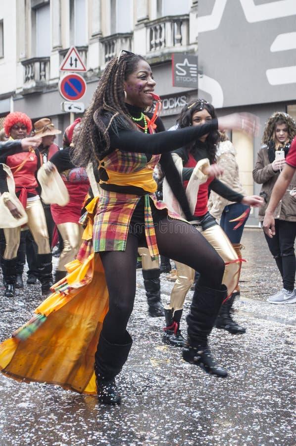 Βραζιλιάνοι χορευτές στο παραδοσιακό αλσατικό καρναβάλι στη Μυλούζ στοκ φωτογραφίες
