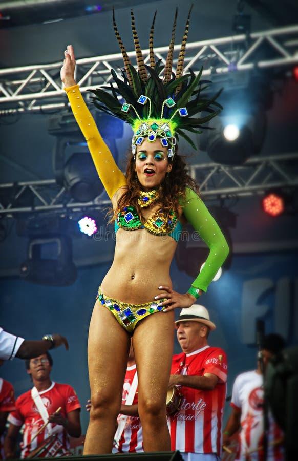 Βραζιλιάνος χορευτής samba σε ένα στάδιο που κινείται sensually στοκ εικόνες με δικαίωμα ελεύθερης χρήσης