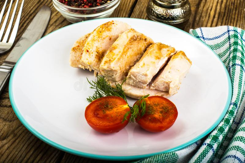 Βρασμένα κοτόπουλου τρόφιμα λωρίδων και κεράσι-υγιή διατροφής ντοματών, πρωτεϊνικά μεσημεριανό γεύμα και γεύμα στοκ εικόνα με δικαίωμα ελεύθερης χρήσης