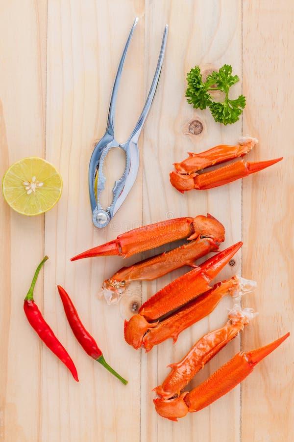 Download Βρασμένα νύχια καβουριών με τον ασβέστη, τα τσίλι, το σκόρδο και το μαϊντανό σε ξύλινο Στοκ Εικόνα - εικόνα από υγιής, γεύμα: 62700449