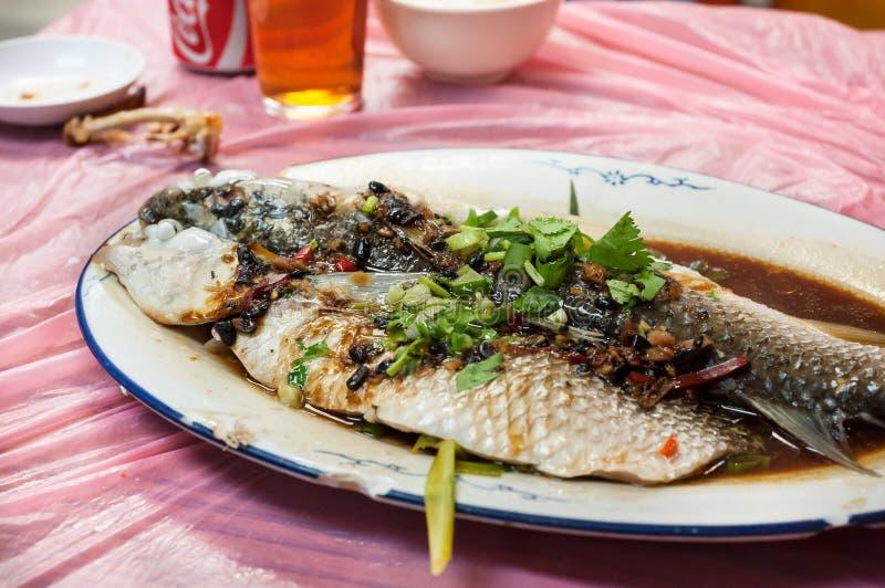 Βρασμένα στον ατμό ψάρια στη μαύρη σάλτσα φασολιών και σόγιας στο εστιατόριο Χονγκ Κονγκ στοκ φωτογραφίες
