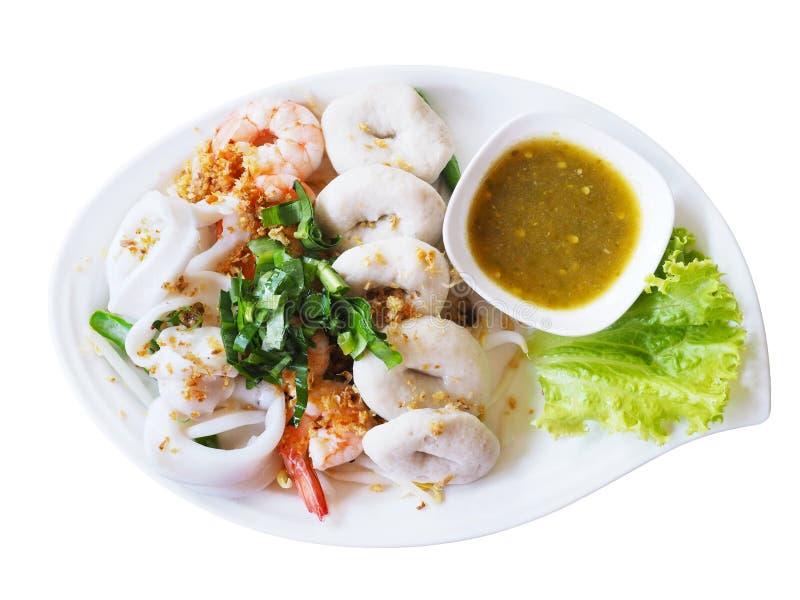 Βρασμένη εμβύθιση θαλασσινών με την καυτή και ξινή σάλτσα στο άσπρο πιάτο isolat στοκ φωτογραφία με δικαίωμα ελεύθερης χρήσης