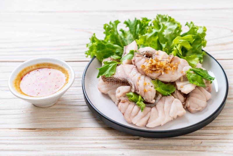 Βρασμένη εμβύθιση ψαριών με τη σάλτσα στοκ εικόνες