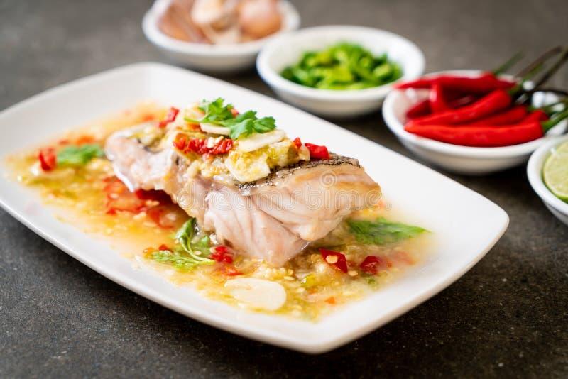 Βρασμένη στον ατμό Grouper λωρίδα ψαριών με τη σάλτσα ασβέστη τσίλι στη σάλτσα ασβέστη στοκ εικόνα με δικαίωμα ελεύθερης χρήσης