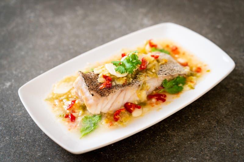 Βρασμένη στον ατμό Grouper λωρίδα ψαριών με τη σάλτσα ασβέστη τσίλι στη σάλτσα ασβέστη στοκ εικόνα