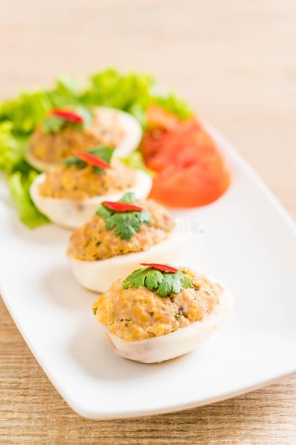 βρασμένο αυγό με το κομματιασμένο χοιρινό κρέας στοκ εικόνες