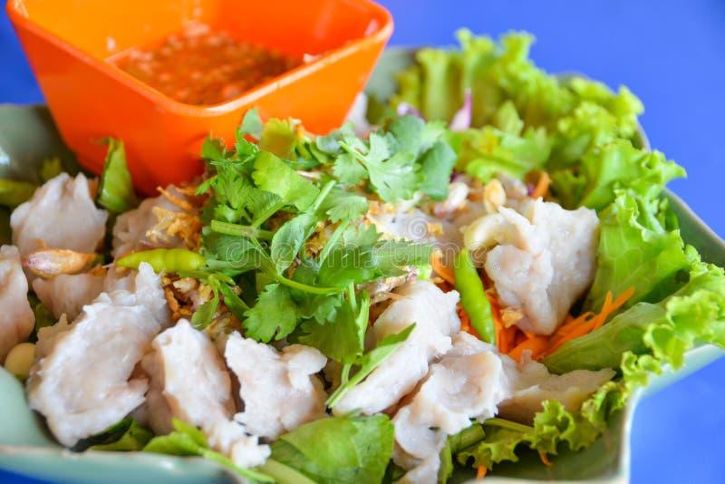 Βρασμένο κεφτές ψαριών με την καυτή και πικάντικη εμβύθιση σάλτσας θαλασσινών ταϊλανδικού ύφους στοκ εικόνα με δικαίωμα ελεύθερης χρήσης