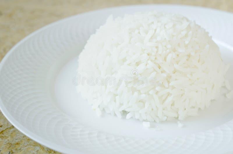 Βρασμένο στον ατμό άσπρο ρύζι από το ρύζι της Jasmin με το δίκρανο στο άσπρο πιάτο στοκ φωτογραφίες