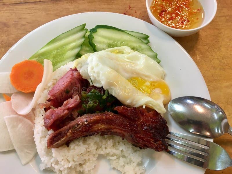 Βρασμένο στον ατμό σπασμένο ρύζι με το ψημένο χοιρινό κρέας στοκ εικόνα με δικαίωμα ελεύθερης χρήσης