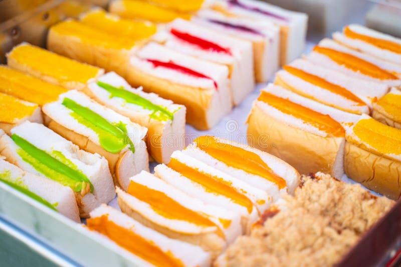 Βρασμένο στον ατμό ψωμί με την ταϊλανδικές κρέμα και τη μαρμελάδα στοκ εικόνα με δικαίωμα ελεύθερης χρήσης