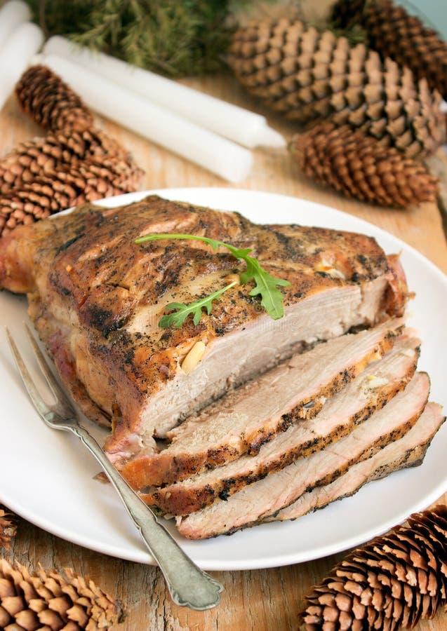 Βρασμένο το κρύο χοιρινό κρέας είναι ένα παραδοσιακό ρωσικό, αυστριακό ή γερμανικό πιάτο του κρέατος με τα καρυκεύματα και το σκό στοκ φωτογραφία με δικαίωμα ελεύθερης χρήσης