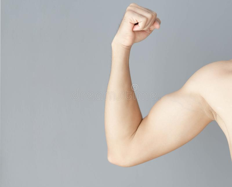 Βραχίονας ατόμων με το μυ στο γκρίζο υπόβαθρο, την υγειονομική περίθαλψη και την ιατρική έννοια στοκ εικόνες