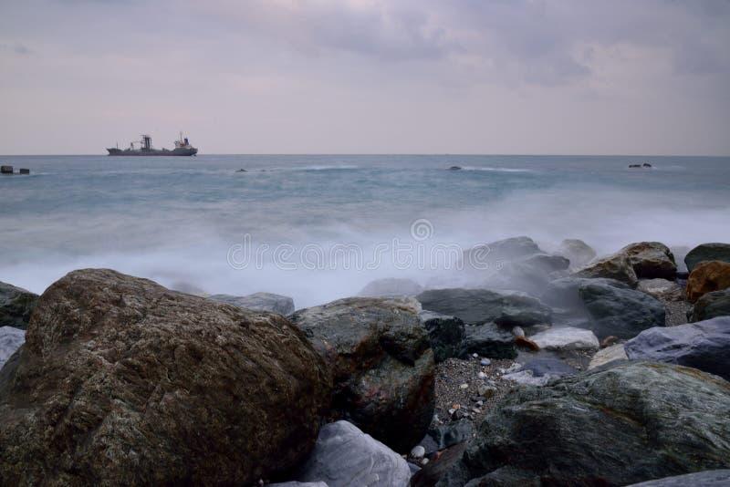 Βραχώδες τοπίο ακτής μακράς έκθεσης στοκ φωτογραφία