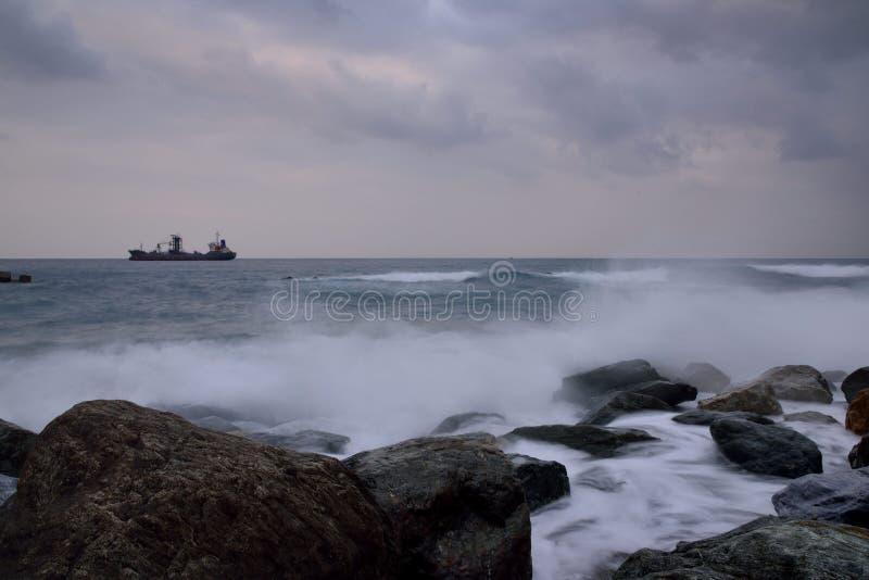 Βραχώδες τοπίο ακτής μακράς έκθεσης στοκ φωτογραφίες