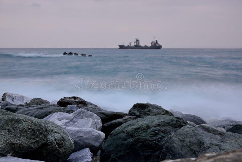 Βραχώδες τοπίο ακτής μακράς έκθεσης στοκ φωτογραφία με δικαίωμα ελεύθερης χρήσης