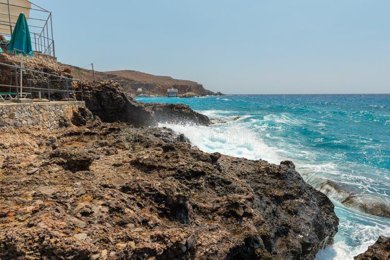 Βραχώδης ακτογραμμή και μπλε θάλασσα της νήσου Κρήτης, Ελλάδα στοκ φωτογραφία με δικαίωμα ελεύθερης χρήσης