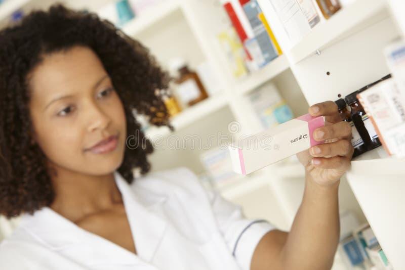 Βρετανική γυναίκα νοσοκόμα στο φαρμακείο στοκ εικόνες