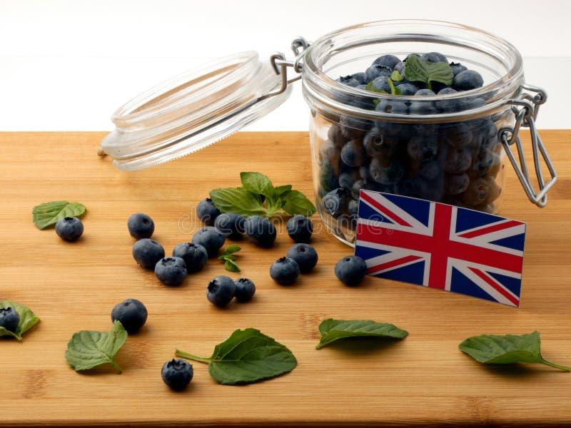 Βρετανική σημαία σε μια ξύλινη σανίδα με τα βακκίνια στο μόριο στοκ φωτογραφία με δικαίωμα ελεύθερης χρήσης