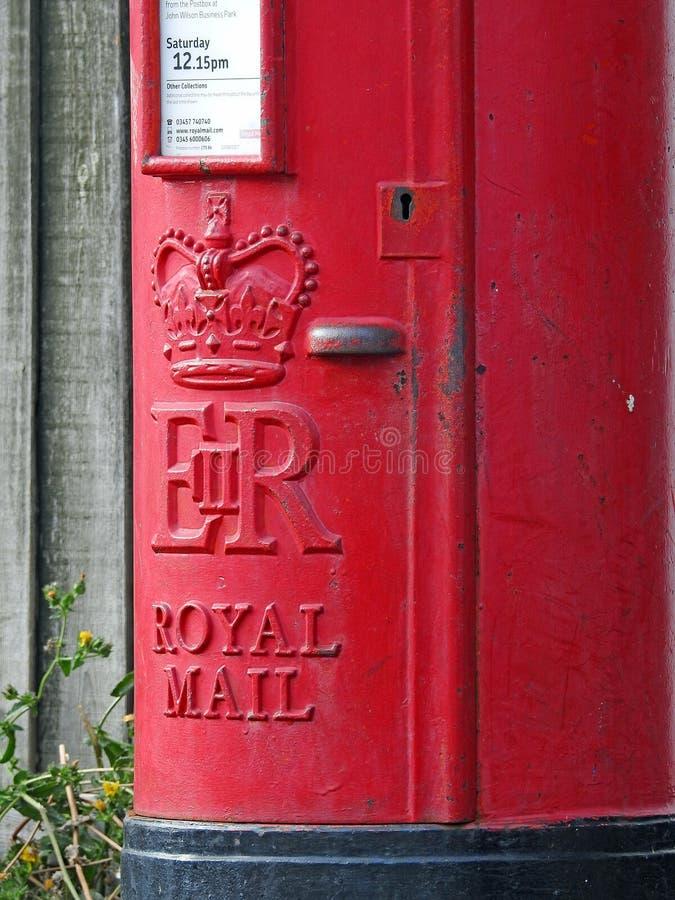 Βρετανικό κόκκινο κιβωτίων στυλοβατών ταχυδρομικών κουτιών ταχυδρομικών θυρίδων μετα στοκ εικόνα