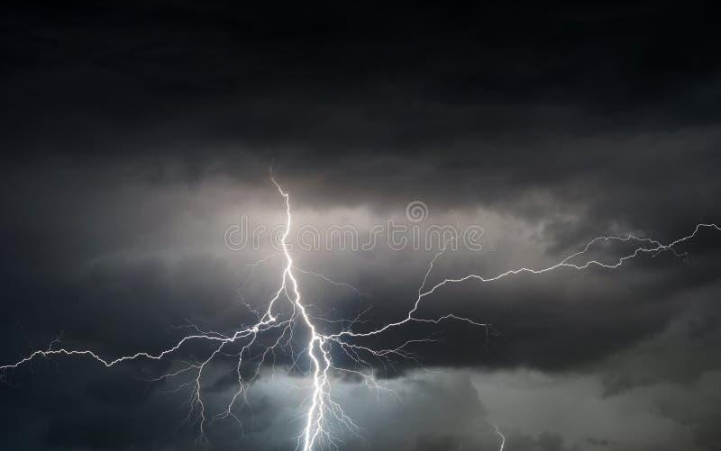 Βροντή, αστραπή και βροχή θερινής θύελλας φέρνοντας στοκ εικόνες