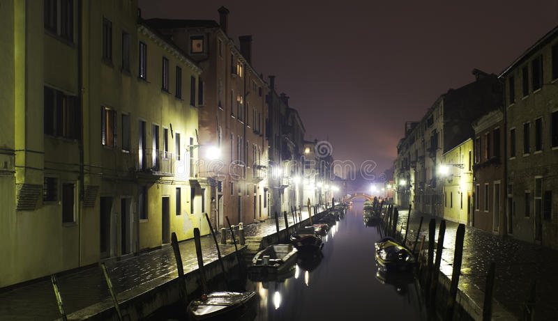 βροχή Βενετία νύχτας κανα&lamb στοκ φωτογραφία με δικαίωμα ελεύθερης χρήσης