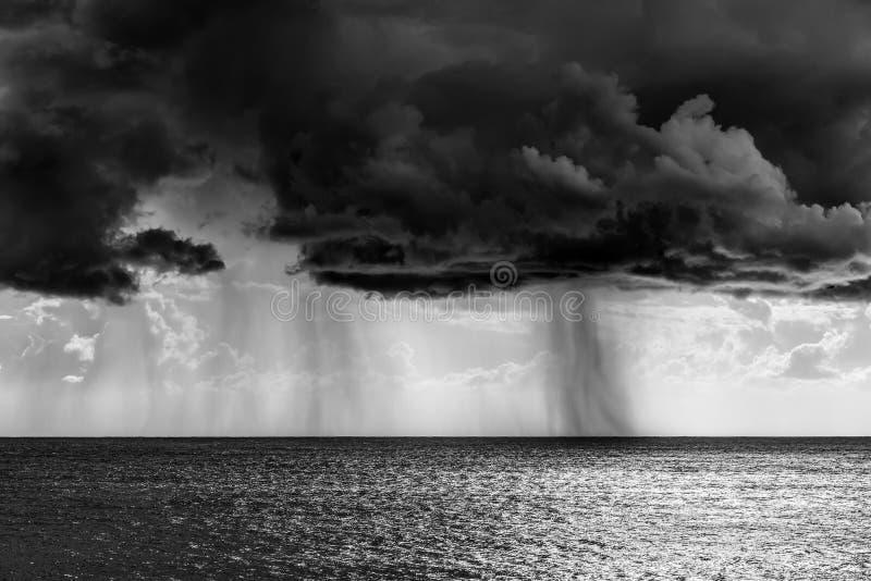 Βροχή ντους πέρα από τη θάλασσα στη γραπτή επίδραση στοκ φωτογραφία με δικαίωμα ελεύθερης χρήσης