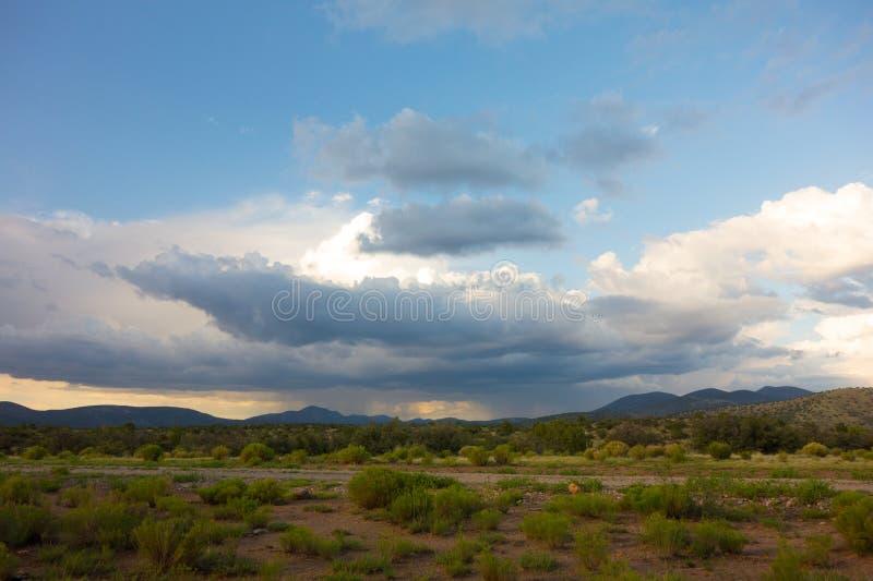 Βροχή που κινείται πέρα από την έρημο στοκ εικόνες