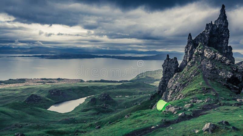Βροχερά σύννεφα πέρα από τη σκηνή στον ηληκιωμένο Storr, Σκωτία στοκ εικόνες