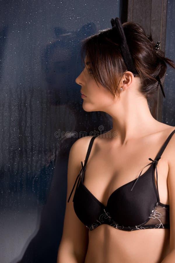 Download βροχερή γυναίκα παραθύρω&nu Στοκ Εικόνες - εικόνα από θηλυκό, ευμετάβλητος: 13187252