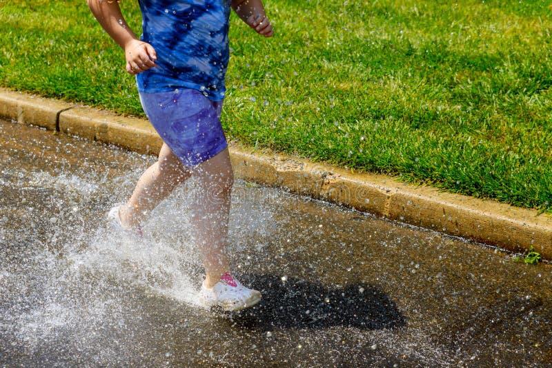 Βροχερή ημέρα μέσα μετά από τη βροχή Πόδια ενός unrecognizable, μη αναγνωρισμένου κοριτσιού στη βροχή το ευτυχές κορίτσι ευτυχώς  στοκ φωτογραφία με δικαίωμα ελεύθερης χρήσης