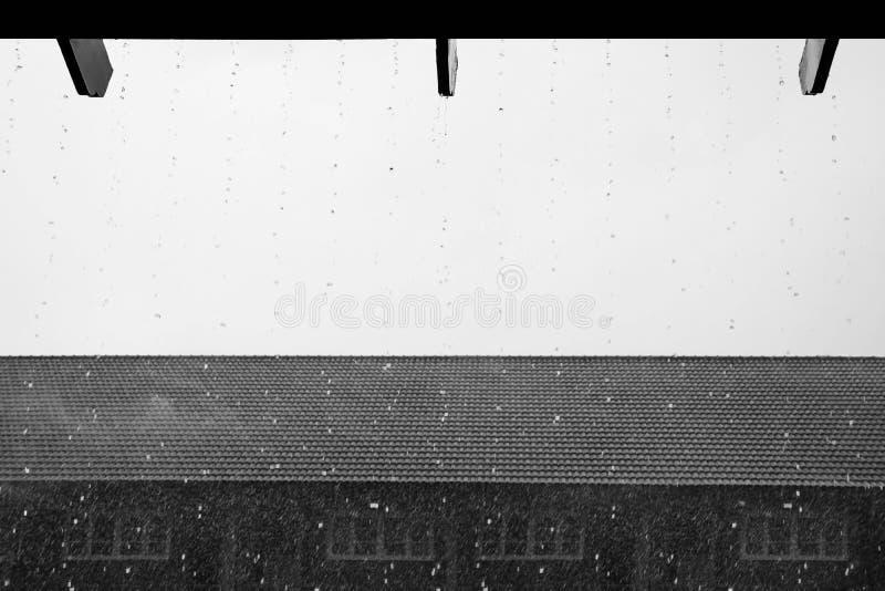 Βροχερή ημέρα στο γραπτό χρώμα Εστίαση Sunshade Θολωμένο Χ στοκ εικόνες με δικαίωμα ελεύθερης χρήσης