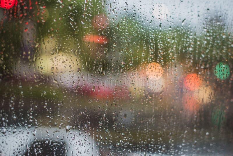 Βροχερή νύχτα, ελαφριά έξω από το παράθυρο λεωφορείων στοκ φωτογραφίες με δικαίωμα ελεύθερης χρήσης