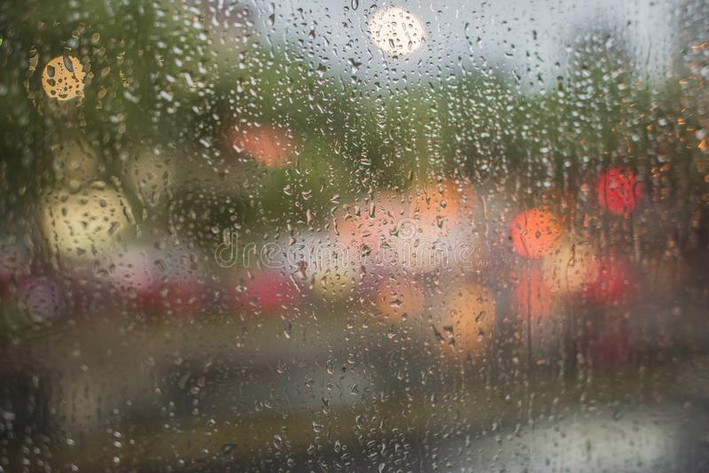 Βροχερή νύχτα, ελαφριά έξω από το παράθυρο λεωφορείων στοκ φωτογραφία