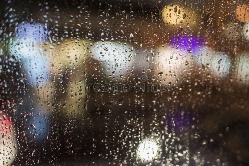 Βροχερή νύχτα, ελαφριά έξω από το παράθυρο λεωφορείων στοκ φωτογραφία με δικαίωμα ελεύθερης χρήσης