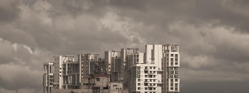Βροχερή πόλη ημέρας μουσώνα καθυστέρησης Βαριά θυελλώδη σύννεφα βροχής επάνω επάνω από το πολυόροφο κτίριο Θύελλες και σκοτεινός  στοκ φωτογραφίες