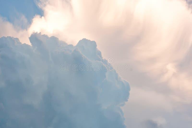 Βροχερή συμπύκνωση σύννεφων Χνουδωτό σύννεφο στον ουρανό μακρο μαλακή εστίαση άποψης στοκ εικόνα