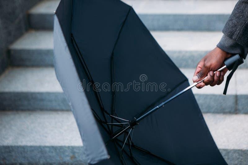βροχερός καιρός Σύγχρονος αστικός τρόπος ζωής στοκ φωτογραφία