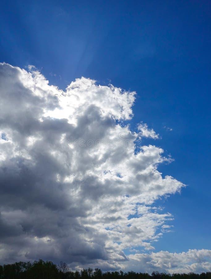 Βροχερός νεφελώδης ουρανός Υπόβαθρο για το screensaver στοκ φωτογραφίες με δικαίωμα ελεύθερης χρήσης