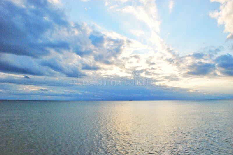 βροχερός ουρανός πέρα από τη θάλασσα στοκ εικόνες
