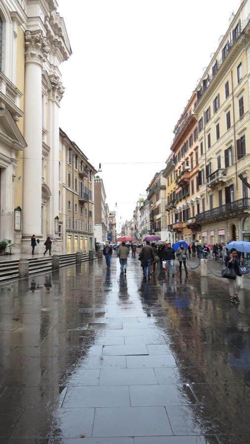 Βροχερό πεζοδρόμιο στη Ρώμη στοκ φωτογραφία με δικαίωμα ελεύθερης χρήσης