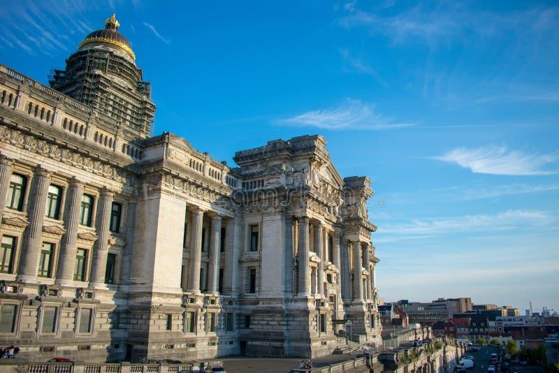 Βρυξέλλες, Βέλγιο - 11 Αυγούστου 2018: Το παλάτι δικαιοσύνης των Βρυξελλών ηλιόλουστο σε μπλε έκανε σκι ημέρα στοκ εικόνα