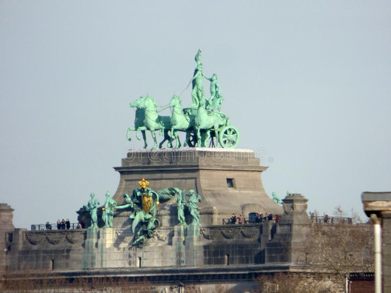 ΒΡΥΞΕΛΛΕΣ - 25 ΦΕΒΡΟΥΑΡΊΟΥ: Τουρίστες πάνω από τη θριαμβευτική αψίδα κεντρικών τεμαχίων Parc du Cinquantenaire στοκ εικόνες με δικαίωμα ελεύθερης χρήσης