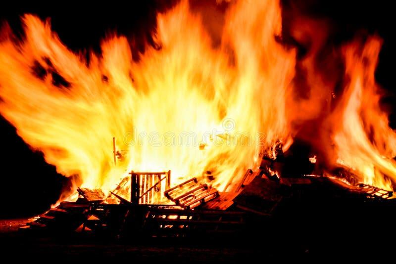 Βρυχηθμοί φωτιών με τις τεράστιες φλόγες στη νύχτα Fawkes τύπων στοκ φωτογραφίες με δικαίωμα ελεύθερης χρήσης