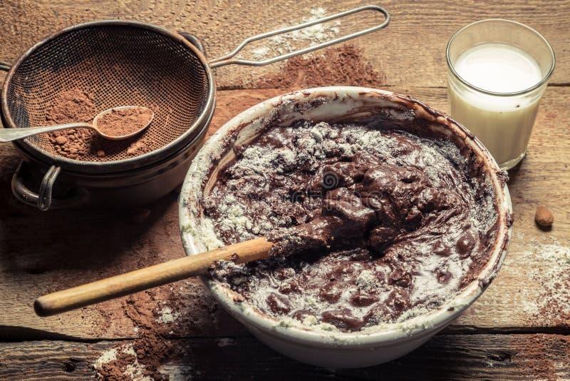 Βρωμίστε κατά τον προετοιμασία της σπιτικής σοκολάτας στοκ φωτογραφία