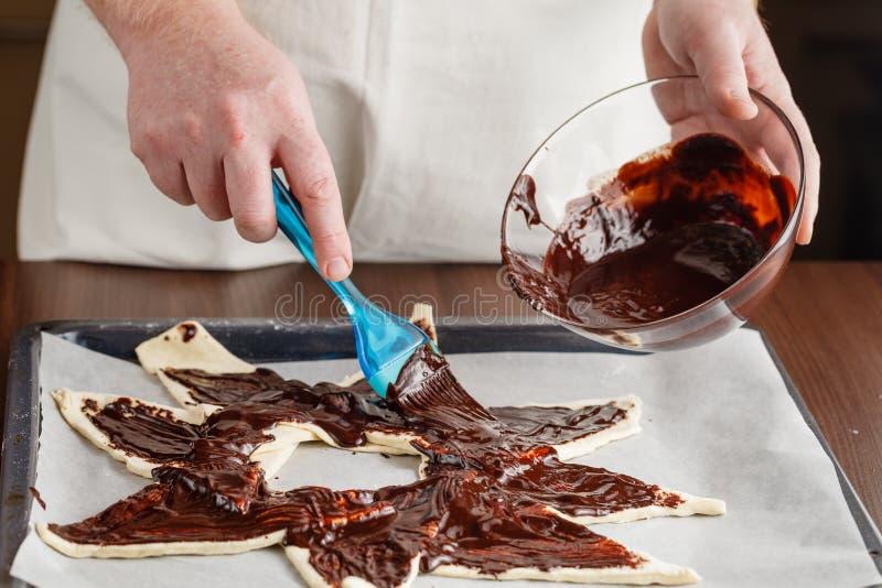 Βρωμίστε κατά τον προετοιμασία της σπιτικής σοκολάτας στοκ εικόνες
